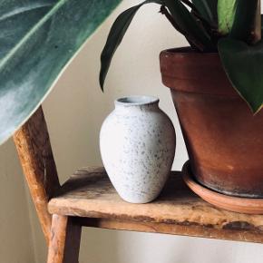 Knabstrup vasen 🌺  Knabstrup Keramik vase på 12,5 cm  Aldrig brugt, stadig i original emballage  Nypris 200kr 🌺  Knabstrup vasen blev oprindeligt formgivet i 1940'erne og er med sin klassiske form et tidløst stykke keramik, der holder stilen langt ind i fremtiden. Den er designet, så den ikke bare præsenterer sig selv, men også sæsonens blomsterbuketter og grene på smukkeste vis 🌺
