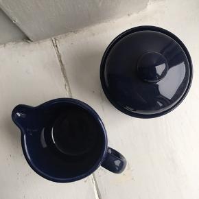 Lille mælkekande med matchende sukkerskål, perfekt til kaffebordet 💙 smuk navyblå farve. Prisen er for sættet.  Mål: - kande: H:9 cm og Ø:7 cm  - skål: H:7 cm (uden låg) og Ø:9 cm