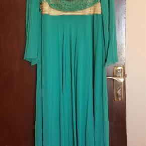 Varetype: Maxi Farve: Grøn Oprindelig købspris: 789 kr. Prisen angivet er inklusiv forsendelse.  Smuk festkjole fra Oman. Ny og stadig med tags. Str L. Fantastisk søgrøn farve. Tørklæde kan købes med.