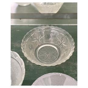 Glasskål i smukt mønster 🏵  H 8 cm  Ø 20 cm ml 1000  Instagram: vintage.vips
