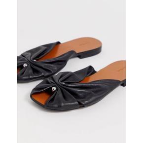 Sælger disse super fine sandaler fra & Other Stories.  100% ægte læder Str. 37 - true to size  Brugt udenfor 2 gange - kan ses under sål men ellers fejler de intet.  Sendes med DAO via Trendsaleshandel - Pris for fragt kommer oveni :)