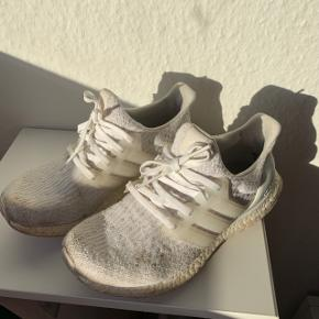 37 1/3 !! Adidas ultra boost  Brugte meget og derfor slidte - plettede og huller i hælen inden i skoen. Kan ikke ses udefra ! JEG HAR IKKE PRØVET AT RENSE/VASKE DEM GRUNDIGT, OG JEG HAR IKKE TÆNKT MIG AT PRØVE, SÅ VED JEG IKKE HVOR RENE DE KAN BLIVE 👍🏼👍🏼👍🏼😬 Derfor prisen er så lav - prisen er fast uden fragt.