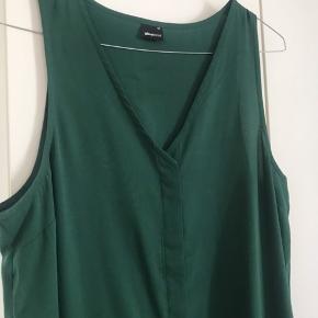 Løs, mørkegrøn kjole.  Brugt 1 gang.  Str 40, passes også af 42