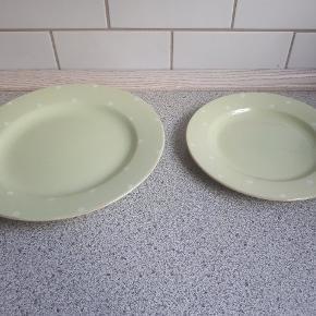 Pæne lime grønne tallerkener, med hvide prikker, fra Ilva Home Collection.  12 stk middagstallerkener (28 cm) 12 stk frokosttallerkener(22 cm).  Sælges samlet.  Sendes ikke men kan afhentes på adressen.
