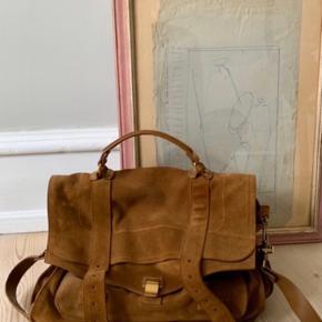 Smukkeste PS taske i den absolut smukkeste farve. Perfekt til efteråret. Størrelse LARGE - altså den største model.  Tasken er brugt yderst sparsomt og fremstår i meget flot tilstand uden grimme skrammer og lign. Virkelig smuk.    ***Bytter ikke***  P.S Tasken på billedet er min taske. IKKE lånt.