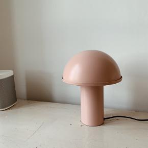 Fineste lyserøde lampe fra Ellos, som giver et fint lys til f.eks. natbordet. Nypris: 700.  Den er stort set som ny. Afhentning i Aalborg.