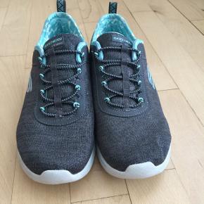 Grå sneakers med memory foam, brugt 1 gang Har en anelse sølvglimmer i stoffet Nypris 900.-