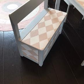 Børnemøbler. Bord, 2 stole og bænk med opbevaringsplads sælges samlet for 500,-. Beklædt med Ferm Living tapet. Har alm brugsspor. Skal afhentes i Silkeborg.