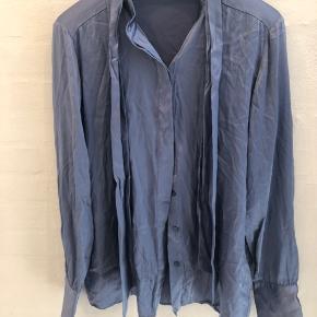 Smuk silke skjorte kan bruges med og uden båndet