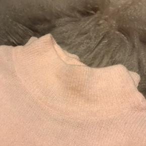 Super fin striktrøje fra Gina tricot. I en super flot lakse/rosa farvet.
