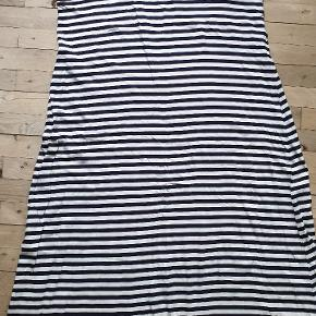 Stribet oversize jersey kjole. Den er navy / hvid og er str. 50 / 52. Den har aldrig været gået med, men jeg nåede nu alligevel at klippe et stykke af den for neden fordi den var for lang. Den måler 140 om brystet, 156 om rumpen og den er 117 lang.