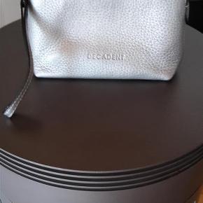 Varetype: Kosmetikpung Størrelse: 19x14x7 cm Farve: Sølv Oprindelig købspris: 1050 kr. Prisen angivet er inklusiv forsendelse.