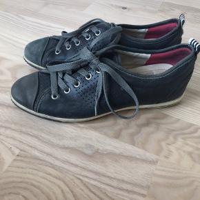 Ecco-sko i læder. Grå.  Sælges kun, da de er lidt for store til mig.   Kan hentes i Blovstrød på Nordsjælland, hvis du vil spare portoen :)