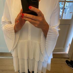 Fantastisk smuk bluse fra ZARA i hvid. Sælger også i pudderfarvet.  Polyester/viskose. Vaskes v 30gr. Fremstår som ny.