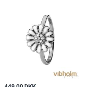Christina Jewelry & Watches ring model Topaz Big med White margueritte. Mener str. er 59.