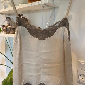 Smuk HANGOVERS top i Silke købt hos Buch copenhagen.