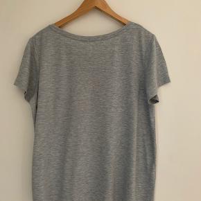 Blød t-shirt med lomme på brystet. (Har den også i bordeaux/aubergine - se anden annonce).