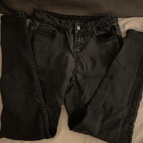 🥀 Jeans i denim 🌺 Str svarende til xs/s eller 34/36 🌸 Farve sort 🌻 Sender kun ikke afhentning