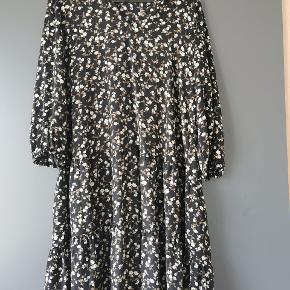 Rigtig fin kjole aldrig været brugt kun vært vaske 1 gang så den er som ny