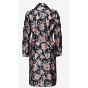 Flot mønstret frakke fra Résumé  - aldrig brugt, med mærke  - model Mary jakke - str. 38 - nypris 2200,- Koster 700 på Booztlet nu og er udsolgt i str. M