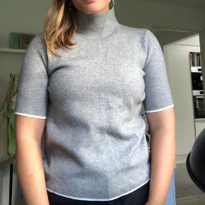 Super fin højhalset sweater t-shirt, som aldrig er brugt - prismærket er blot klippet af.