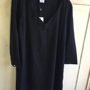Ubrugt sort tunika i blød polyester fra Vero Moda i str 40/L. Brystmål: 2x50 cm, længde 83 cm. Bytter ikke. Sælges for 100 kr. Se også mine andre annoncer!!!