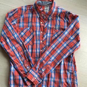 Super smart skjorte i pæn stand.  Langærmet Farve: Rød