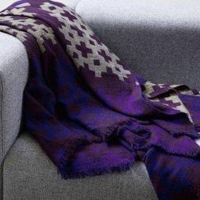 Jeg LUKKER annoncen når varen er SOLGT 😀 Og jeg bytter desværre IKKE.  Prisen er fast og står angivet ovenfor. Vær venlig at respektere dette.  VARE INFO  Hay (Plus 9) plaid/tæppe lilla 145x210 cm  100% merino uld (Lækker blød og ikke-kradsende uld)  Plaiden er et stilfuldt, enkelt og hyggeligt tæppe til sofa eller seng. Flot geometrisk mønster i stærke intense farver og er lavet med en dobbelt vævningsteknink som gør det muligt at bruge en meget fin uld. Lækkert at putte sig med Plus 9 plaid fra HAY i en ny og forbedret kvalitet. Plaiden er med det fineste mønster i en flotte farver, som kan pifte enhver stue op. Kvaliteten er i top, og plaiden er lavet med en dobbeltvævningsteknik, som gør det muligt at bruge en ekstra fin uld. Plaiden er en investering, du ikke kommer til at fortryde!  FRAGT Ved handel via Trandono/Trendsales (TS) bruges DAO pakkepost (afhentning i pakkeshop) – fragten pris 37 kr.  Fragten pris og evt TS gebyr (5%) tillægges.  PRIVAT HANDEL Skriv din mail her eller i en privat besked og angiv om du ønsker at få tilsendt elller afhente, så mailer jeg dig info.    AFHENTNING Du velkommen hos mig på Amager  (500 m. fra både Amagerbro og Islandsbrygge metro st.) Jeg kan KUN mandag - torsdag kl 17-18 Jeg mødes ikke ude i byen og handler  ØVRIG INFO  Ingen dyr, røg