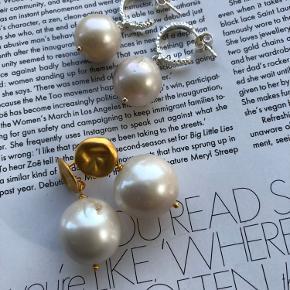 Smukke ørestikker med barok perler.  Begge par er Sterling sølv. Det ene par er guldbelagt.  Pris pr par 300.-   Fragtfri ved køb over 400.-