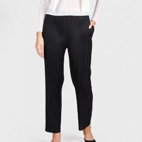 Issey Miyake pleats please bukser. De har lige ben og lommer. Str 2 som svarer til str xs-s Nypris omkring 2000