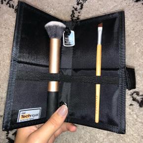 Børste case fra Real Techniques (har 2 stk) Aldrig brugt 9 stropper til børster indvendigt Kan også stå op (se billede) Lukkes nemt med velcro 25 pr stk (35 for 2)