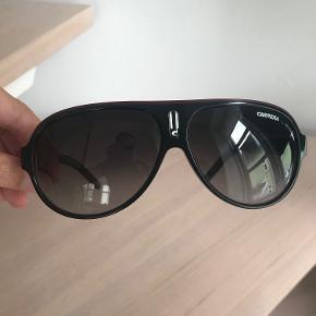 Super flotte solbriller fra Carrera. I rigtig god stand, ikke brugt særlig meget. Nypris 999 kr. Byd. Kan sendes for købers regning (38 kr. med Dao) eller afhentes i Århus C.