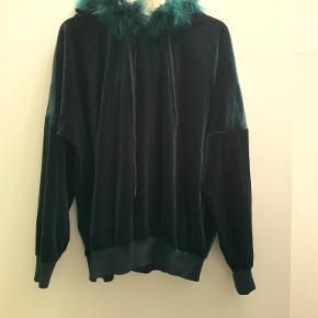 Lækker velour hoodie fra mærket Nu