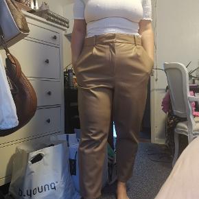 Bukser brugt højst 2 gange, sælges da de er blevet lidt for store. Fejler intet og fremstår som nye. Faux læder