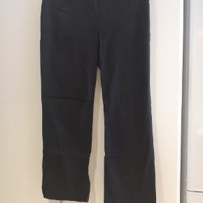 Flotte sorte fløjlsbukser i str 48 (+ stretch).  Mål: B: 2x49 cm L: 105 cm
