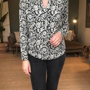 Smuk Co'couture bluse i sort/hvid mønster med brunlig nuance i. Knapper ned over brystet samt 2 knapper i ærmet. Virkelig lækker kvalitet   Brugt få gange og vasket én enkelt gang.   Fra ikke-ryger hjem. Der tages som udgangspunkt ikke flere billeder. Køber betaler fragt