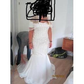 Smuk designer brudekjole i råhvid helsilke med corsage