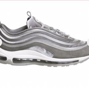 Sælger de her Nike sneakers Normalpris: 1600 Mindstepris:500 Skriv pb for interesse