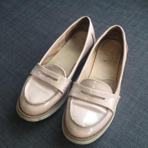 Bianco Classic Loafers i lak-læder  Brugsspor i form af mærker i lakken  Nypris 499,00. Kvitteringen haves stadig  Alle varer under 500 kr.: køb 3, få den billigste gratis!
