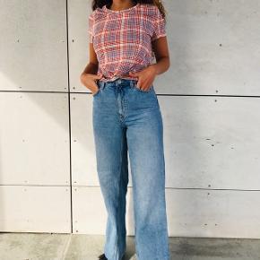 SÆLGER HELE SÆTTET 🌸💖   - Fin T-shirt fra h&m str 34 💛 — mp  60kr  - Fedeste jeans fra Monki str 26 !! Sidder super godt, er kun brugt 2-3 gange 💛 — mp 250kr