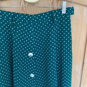 Vintage nederdel med flotte hvide prikker 😍  Der står ikke størrelse i, men vil sige at den passer en small.   #trendsalesfund