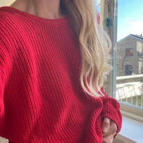 Jeg sælger denne røde sweater fra Na-kd i en størrelse small 🌸