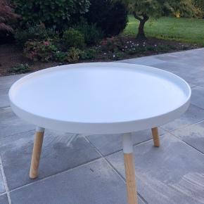 Hvidt sofabord med træ ben 80cm i diameteren