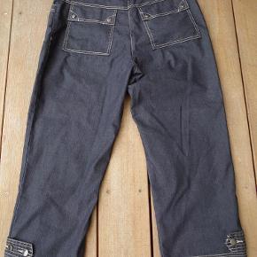 Lommer for og bag med knapper i bukseben. Måler 2x46cm i taljen og udvendig længde er 92cm. Bomuld-polyester-elastan 30dayssellout