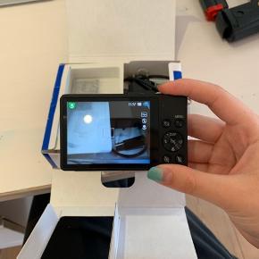 Godt kamera fra Samsung. Det er næsten aldrig blevet brugt. Det er rigtig mange gode funktioner som kan ses på billederne. Der er en USB port+kabel