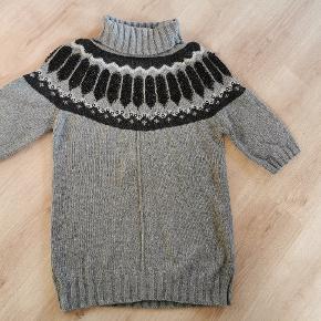 Super smuk lettere oversize strik(-kjole) med 3/4 ærmer. Kan bruges over stramme jeans eller tykke strømpebukser. Brugt 2 gange og vasket 2 gange. Fremstår stort set som ny.