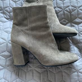 Mega fede støvler fra Apair👌  Brugt to gange - så nu prøver jeg at sælge dem. Behagelig at have på - hælen er 10 cm. Farven er støvet grøn/oliven (svær at forklare og fange på billed) Har altid ligget i dustbag