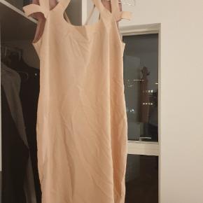 Fersken/lyserød kjole - aldrig brugt - krøllet da den bare har ligget bagerst i skabet   #30dayssellout