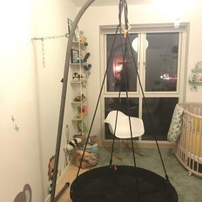 Sansegynge med stativ til dig, der ikke kan hænge gyngen op i loftet. Passer også til babygynger, hængestole osv.Højde: 225-250 cm. Maks. vægt: 120 kg. Materiale: Pulverlakeret metal.