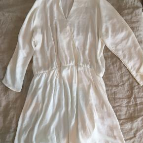 Hvid kjole fra Moss Copenhagen i str. M. Aldrig brugt og har ingen fejl🌱  Sendes på købers regning♻️